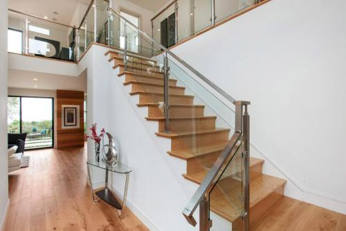 Modern-Aluminum-Stair-Railing-For-Latest-Home-Decorating-Ideas